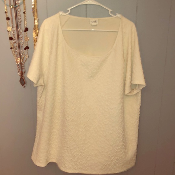 Jaclyn Smith Tops - Creamy white pattern scoop neck T-shirt